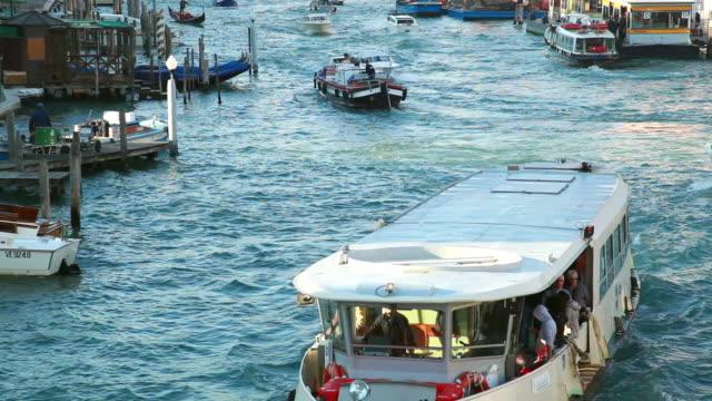 ms shot of morning traffic on canal grande / venice veneto italy - barca da diporto video stock e b–roll