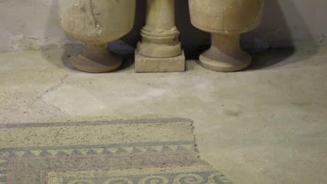 vídeos y material grabado en eventos de stock de cu tu shot of mosaic tiles on floor to large pottery / jerusalem, israel - arte decorativo