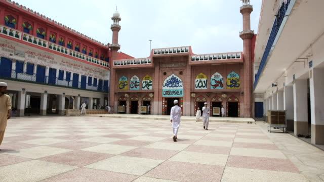 ws shot of mosque / old city of lahore punjab pakistan - punjab pakistan bildbanksvideor och videomaterial från bakom kulisserna