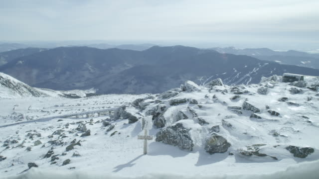 """ws shot of mount washington observatory, snow, mountains and landscape / north conway, new hampshire, united states"" - new hampshire stock-videos und b-roll-filmmaterial"