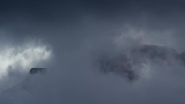 vídeos y material grabado en eventos de stock de tiro de la montaña y nubes sobre saltstraumen en bodø, noruega - cresta montaña