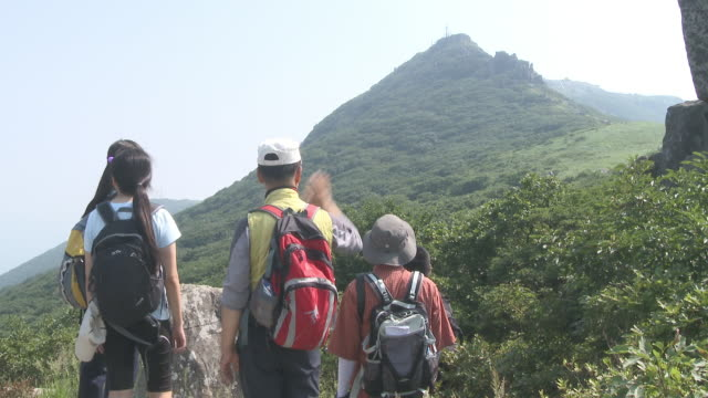 shot of mountain climbers at janbuljae pass in mudeungsan mountain - kopfbedeckung stock-videos und b-roll-filmmaterial