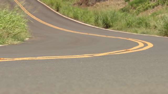 ms shot of mountain road / maui, hawaii, united states - 山間道路点の映像素材/bロール