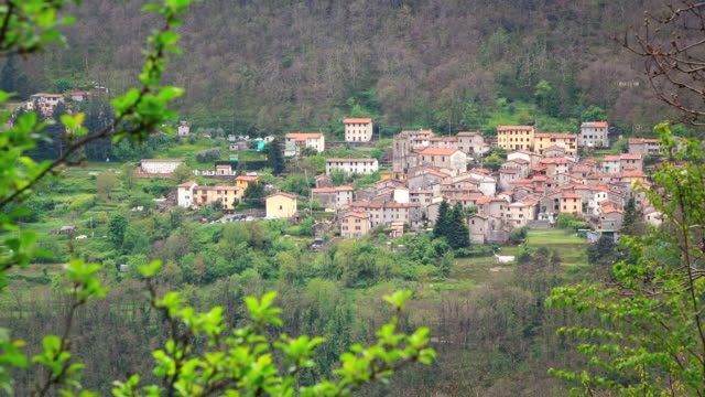 vidéos et rushes de ms shot of mountain village / basati, tuscany, italy - toscane