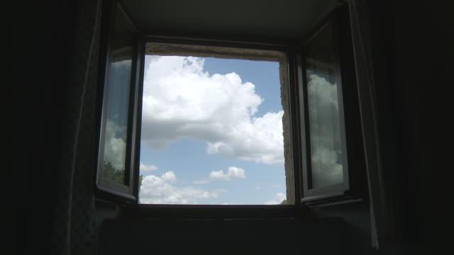 vídeos de stock e filmes b-roll de ms t/l shot of moving cloudy sky through window / pienza, tuscany, italie - janela aberta