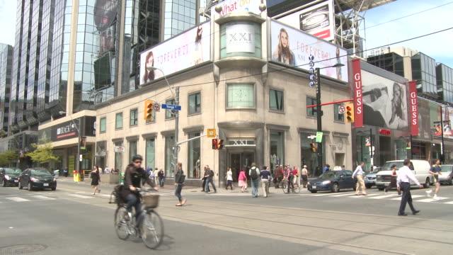 vídeos de stock e filmes b-roll de ms tu shot of multiple direction crosswalk at yonge and dundas square / toronto, ontario, canada - shopping centre