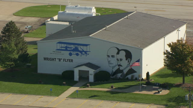 vídeos y material grabado en eventos de stock de ms ts zo aerial shot of mural of wright brothers on side of hangar at dayton wright brothers airport / dayton, ohio, united states - wilbur wright
