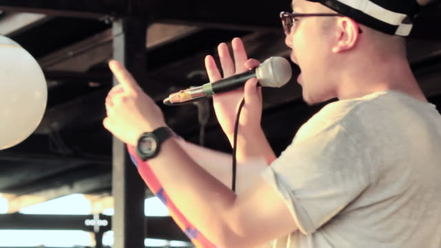 ms shot of musician singing at cafe / shonan, kanagawa, japan - 相模湾点の映像素材/bロール