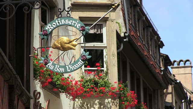 ms shot of name plate with windows of old town petite france, rue du maroquin / strasbourg, alsace, france - ladenschild stock-videos und b-roll-filmmaterial