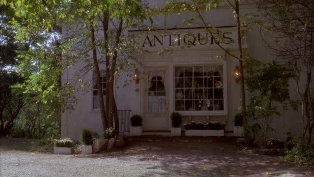 vídeos de stock, filmes e b-roll de ms shot of new england antique store / unspecified  - antiquário loja