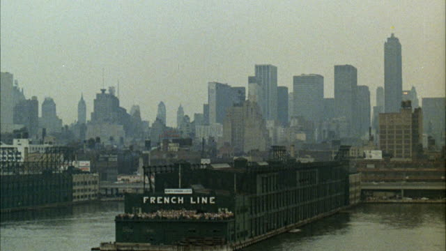ms pan shot of new york harbor / new york, new york, united states - porto di new york video stock e b–roll