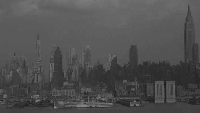 vídeos y material grabado en eventos de stock de ws shot of  new york skyline / - embarcación de pasajeros