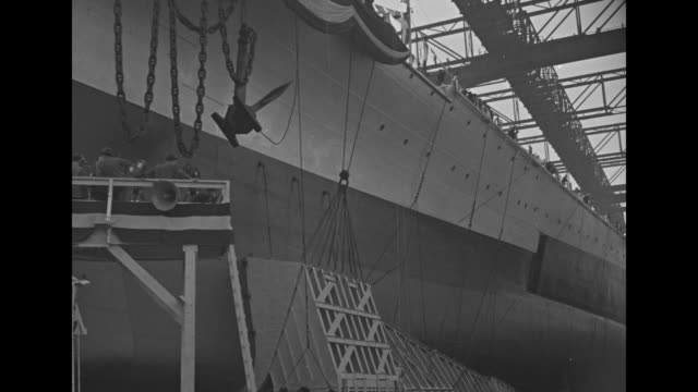 vidéos et rushes de shot of newly built battleship uss washington in dry dock crowd on platform in front of prow / tilt down prow of ship to crowd on platform pan across... - proue