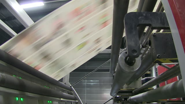 vidéos et rushes de ms shot of news paper being print in web press at newspaper printing office / russelheim, hesse, germany - presse