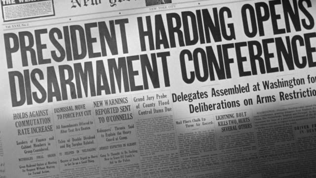 "cu shot of newspaper headline ""president harding opens disarmament conference"" - prima guerra mondiale video stock e b–roll"
