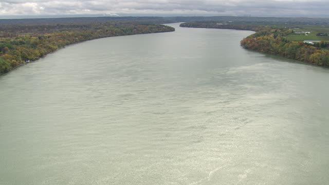 "vidéos et rushes de ws aerial shot of niagara river ""border"" / new york, united states - rivière niagara"
