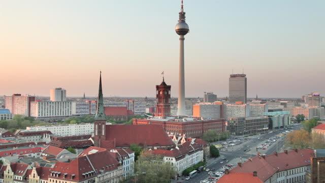 vídeos de stock e filmes b-roll de ws shot of nikolaikirche, alexanderturm, mitte, rotes rathaus, muhlendamm / berlin, berlin, germany - rathaus