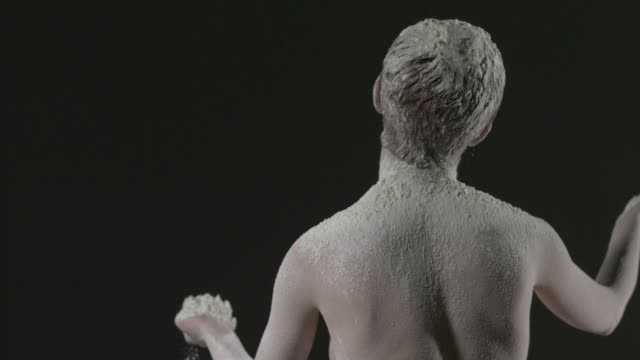 vídeos y material grabado en eventos de stock de ms slo mo shot of nude female caucasian standing with back covered in powder on her, she turns / studio, new york, united states - polvo de talco