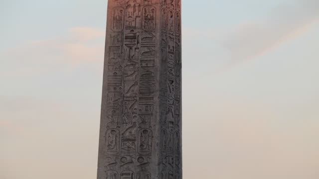 shot of obelisk in front of a temple in egypt - obelisk stock-videos und b-roll-filmmaterial