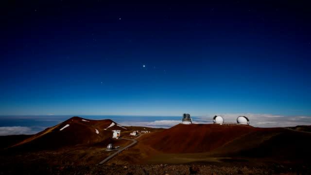 vídeos de stock, filmes e b-roll de shot of observatory at mauna kea volcanic mountain - espaço e astronomia