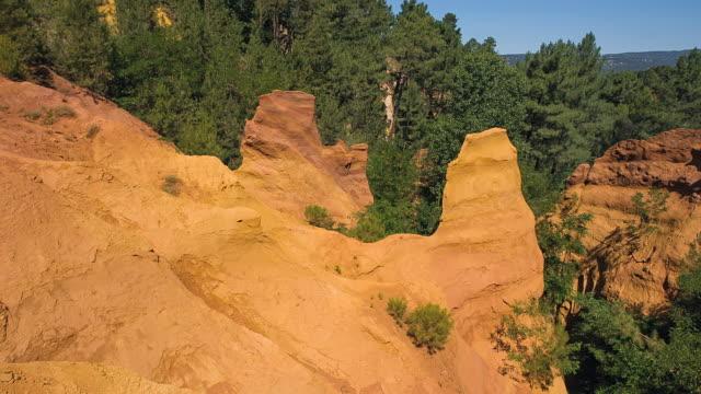 vidéos et rushes de ms pan shot of ocre canyon / roussillon, provence, france - terres sauvages et cultivées
