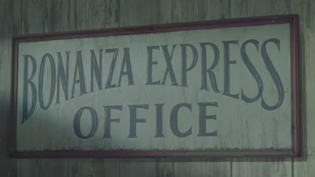 vídeos y material grabado en eventos de stock de cu shot of office name plate - expansión hacia el oeste