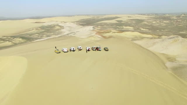 ws aerial shot of off-road vehicles in gebi desert/xinjiang,china. - zoom out stock videos & royalty-free footage