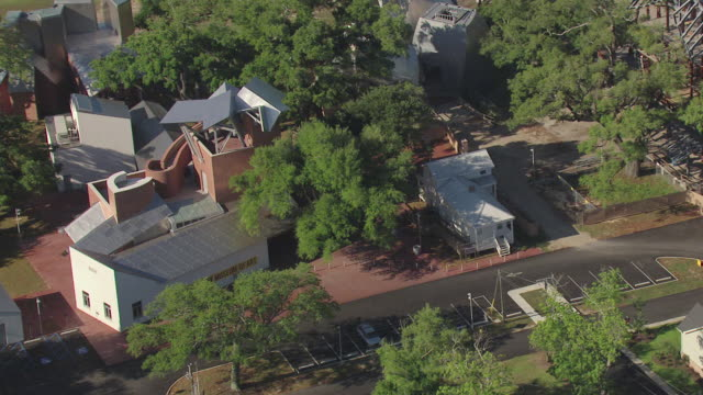 stockvideo's en b-roll-footage met ms aerial zi zo shot of ohr o keefe museum of art modern building and roof top of museum / biloxi, mississippi, united states - plaatselijk monument