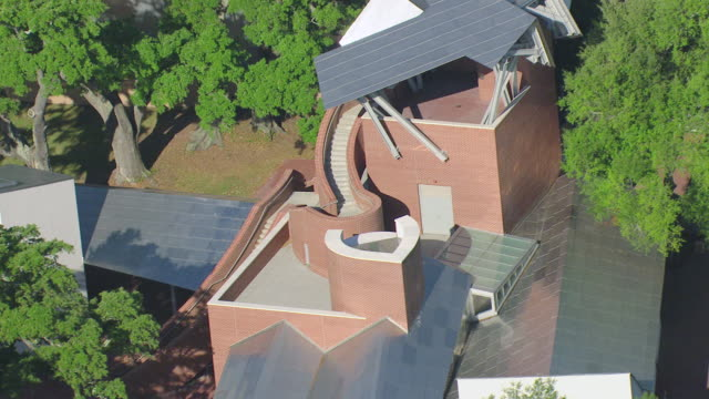 stockvideo's en b-roll-footage met ms aerial shot of ohr okeefe museum of art modern building and sign on side of museum / biloxi, mississippi, united states - plaatselijk monument