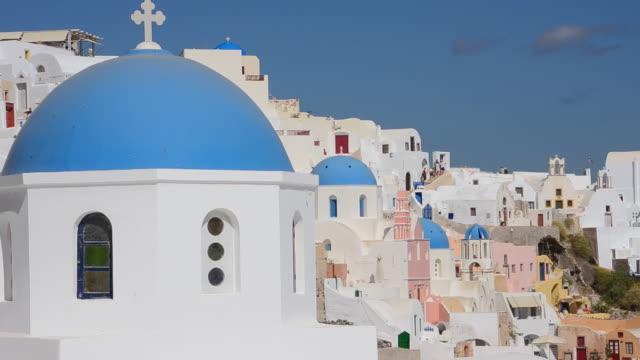 ms shot of oia cyclades white buildings and beautiful peaceful place / santorini, greece - サントリーニ島点の映像素材/bロール