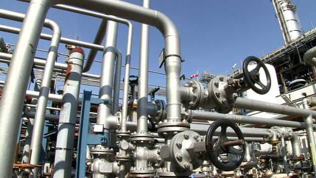 ms pan shot of oil refinery holborn / hamburg, germany - 空気弁点の映像素材/bロール