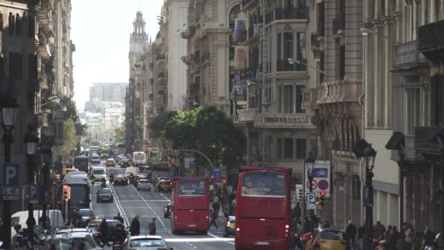 vídeos de stock e filmes b-roll de ms shot of old street with traffic / barcelona, catalunya, spain - cruzar
