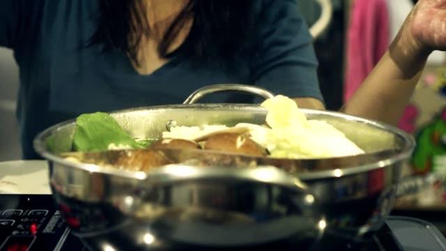 vidéos et rushes de tir d'ouverture fondue fruits de mer - bol à soupe