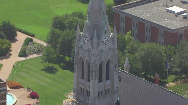 ms aerial shot of orbit around clock bell tower of st francis xavier college church / st louis, missouri, united states - romersk siffra bildbanksvideor och videomaterial från bakom kulisserna