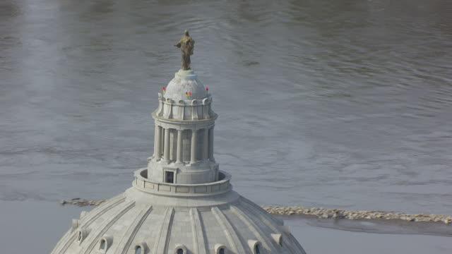 ms aerial tu shot of orbit dome ceres statue on top of missouri state capitol / jefferson city, missouri, united states - 新古典派点の映像素材/bロール
