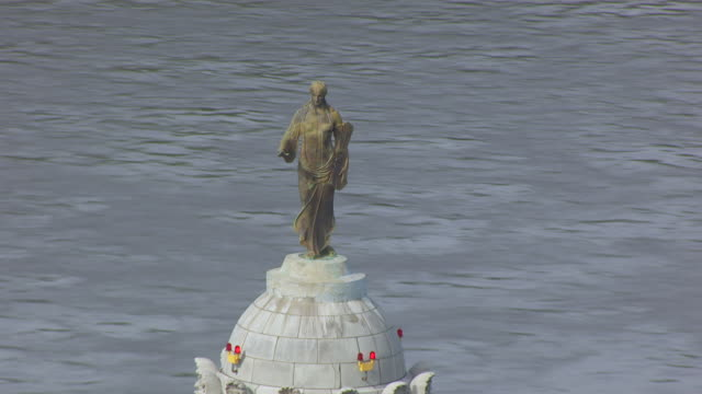 ms aerial ts shot of orbit dome ceres statue on top of missouri state capitol / jefferson city, missouri, united states - female likeness stock videos & royalty-free footage
