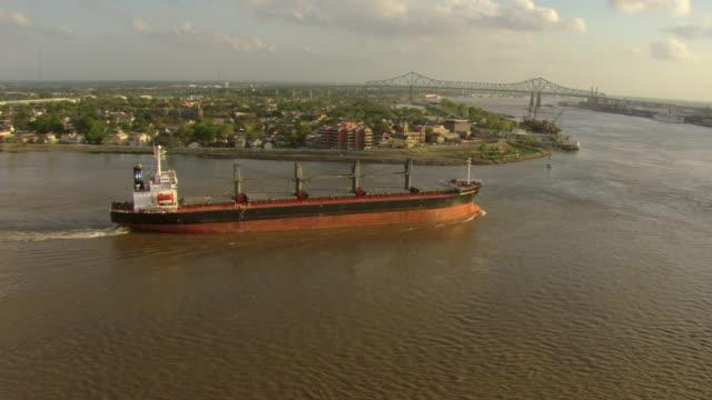 vidéos et rushes de ws aerial shot of orbit harvest legend freighter on mississippi river rounding algiers point with downtown / new orleans, louisiana, united states - la nouvelle orléans