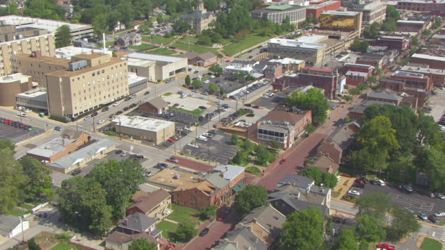 ms aerial ts shot of orbit historic district and first state capitol building on main street / st charles, missouri, united states - ミズーリ州点の映像素材/bロール