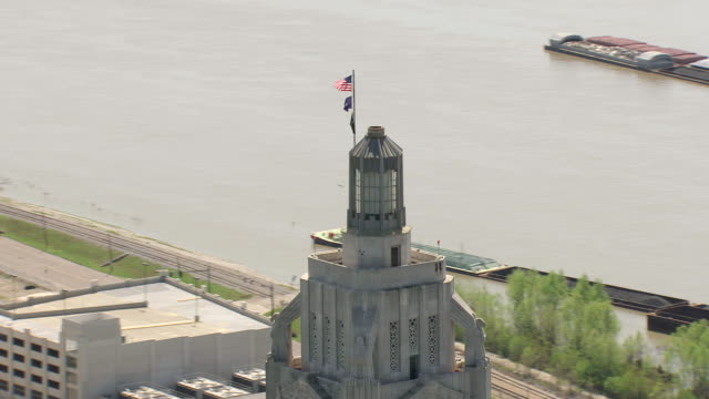 ms aerial zi zo shot of orbit top cupola of louisiana state capitol building / baton rouge, louisiana, united states - baton rouge stock-videos und b-roll-filmmaterial