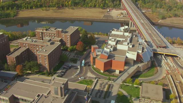 vidéos et rushes de ms aerial shot of orbit weisman art museum at university of minnesota / minneapolis, minnesota, united states - fleuve mississippi