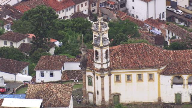 vídeos de stock e filmes b-roll de ms aerial shot of ouro preto church / brazil - preto