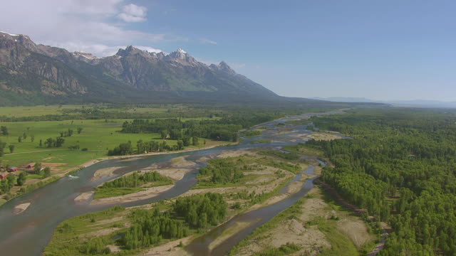 stockvideo's en b-roll-footage met ws aerial shot of over snake river and teton mountains / wyoming, united states - snake river