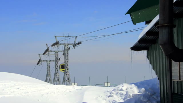 stockvideo's en b-roll-footage met ms shot of overhead cable cars moving  / gulmarg, jammu and kashmir, india    - kabelwagen