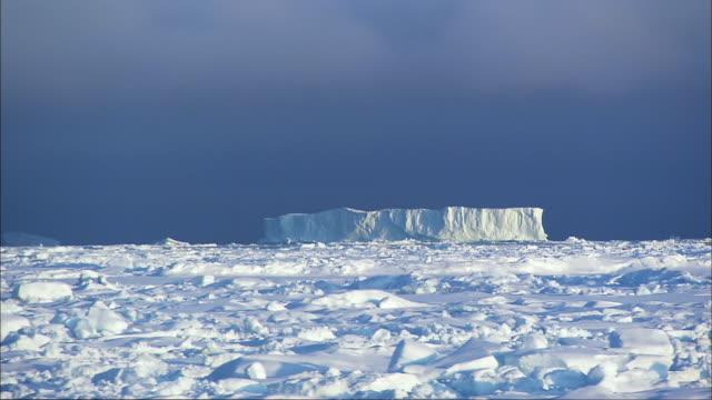 vidéos et rushes de shot of pack ice and iceberg at antarctica - iceberg bloc de glace