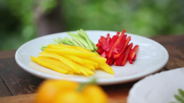 cu r/f pan shot of paprika placed on table / seoul, south korea - オレンジピーマン点の映像素材/bロール