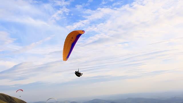 ws r/f shot of para glider flying in air / belo horizonte, minas gerais, brazil - paragliding stock videos & royalty-free footage