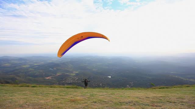 ws shot of para glider taking off from mountain hill / belo horizonte, minas gerais, brazil - horizonte stock videos & royalty-free footage