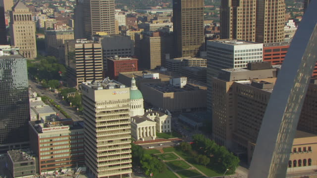 ms aerial ts shot of passing gateway arch to flag flying atop old courthouse downtown / st louis, missouri, united states - jefferson national expansion memorial park bildbanksvideor och videomaterial från bakom kulisserna