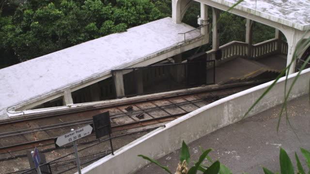 vidéos et rushes de ms ts shot of peak tram ascends / hong kong, china - ligne de tramway