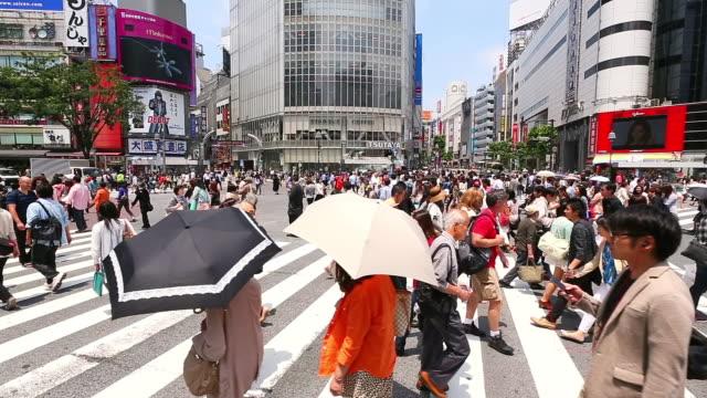 stockvideo's en b-roll-footage met ms pan t/l shot of pedestrians and cars crossing at shibuya crossing / shibuya ku, tokyo, japan - vrouwelijke gestalte